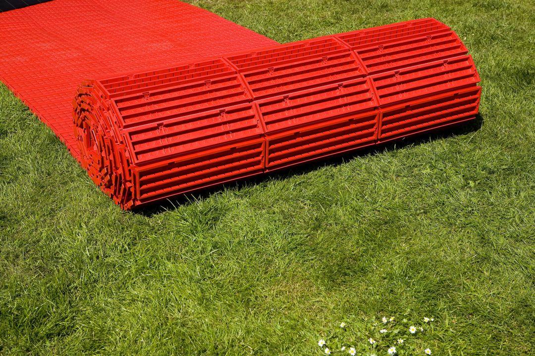 Wer einen pflegeleichten Boden im Freiraum schnell verlegen möchte, der entscheidet sich für den wetterfesten Kunststoff-Boden EXPO-roll aus Polypropylen (PP).
