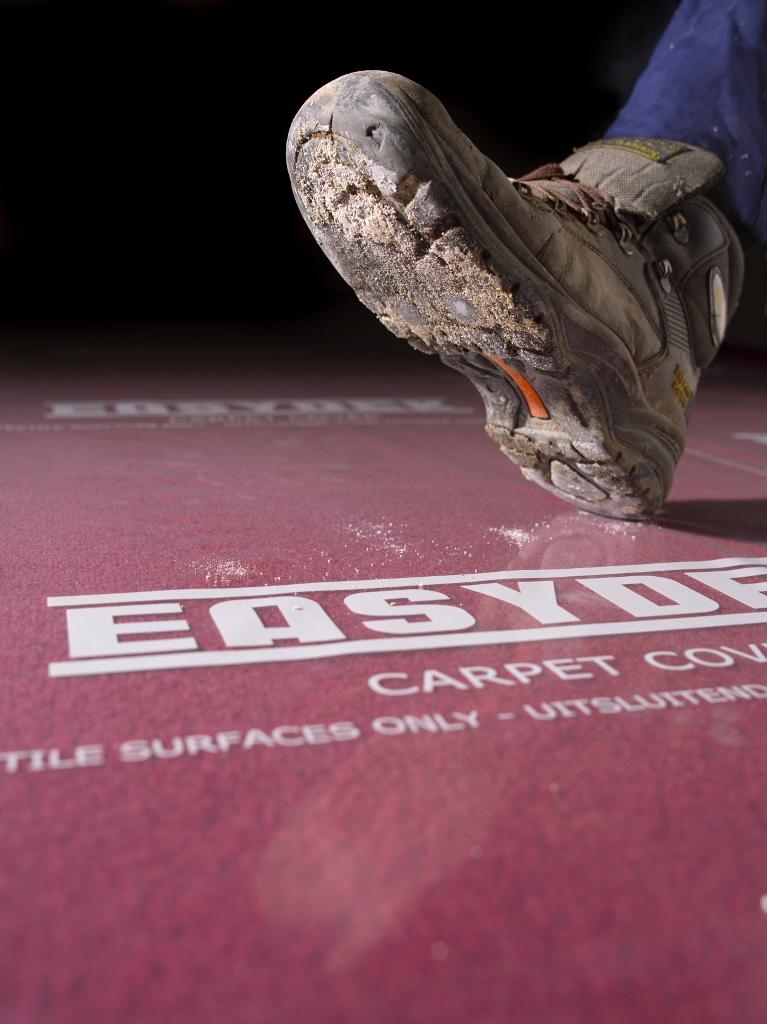 Carpet Cover ist eine 100 Mikron starke, selbstklebende Teppich-Folie. Ideal zum Schutz von Teppichen, Treppen mit Teppichläufern und Teppichfliesen! Die Folie kann  an der Außenkante blitzschnell durch die Klebeschicht - ohne Klebeband - angebracht werde
