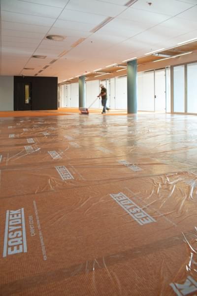 Mit der starken selbstklebenden Folie schützen Sie Ihren Teppichboden, Teppichfliesen, mit Teppich belegte Treppe oder Teppichvorleger.
