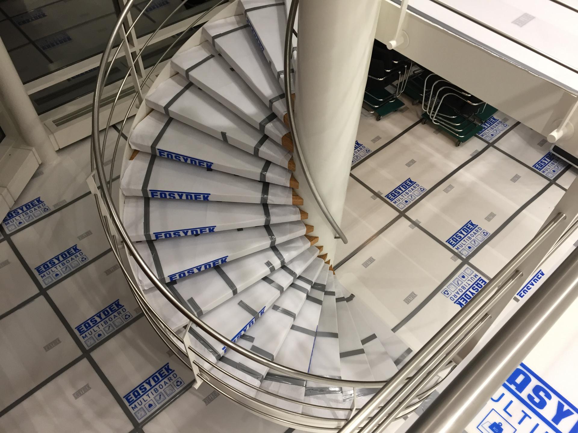 Abgedeckte Treppenstufen mit MULTI BOARD Kunststoff-Doppelsteg-Platten