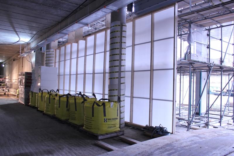 Temporäre Wände sind schnell zu erstellen, offene Baustellen oder noch glaslose Fenster in Gebäuden werden kurzfristig   wind- und wetterbeständig ausgerüstet. als transparente Platte bietet sie genügend Licht für Räume dahinter.