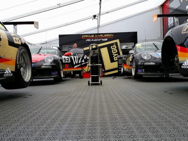 Zeltboden SUPREME im Fahrerlager des Racing-Teams