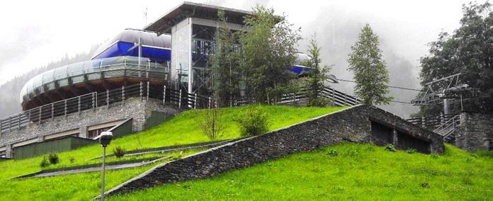 Auf einer Fläche von 2.000 qm, 15-17% Gefälle, beladen mit 800 m3 Gemüseschimmel, wurde das Gründach  der neuen Tiefgarage der Telekabine mit Drainagedach erstellt.