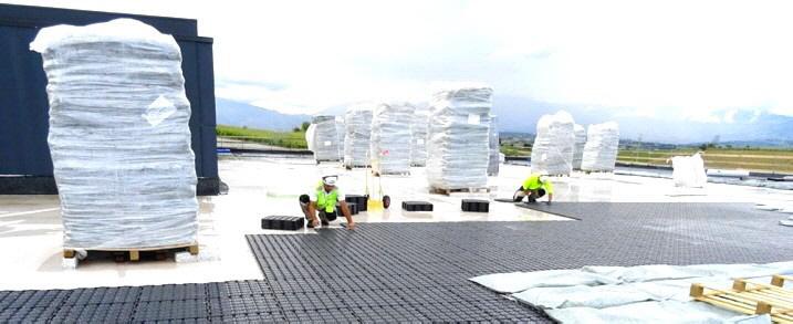 Für das Projekt wurde das Drainroof von Geoplast ausgewählt, da es sowohl als Wasserspeicher als auch  als Drainageschicht funktioniert.