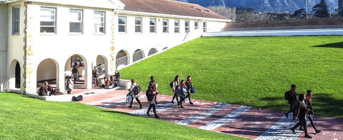 Ein neuer Innenhof an der Wynber Girls High School in Kapstadt wurde mit Geoplast Drainroof gebaut