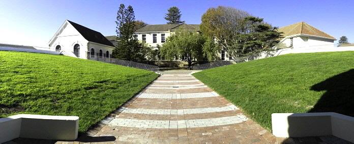 Zwei Flügel von vier Klassenzimmern wurden hinzugefügt, die sich auf beiden Seiten des bestehenden Hofes im  Erdgeschoss befinden