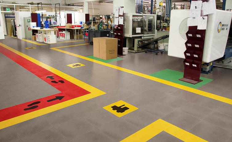 Industrie- und Gewerbehalle mit  Industrie PVC Fliese Typ Fortelock 2020 in Grau mit Orange