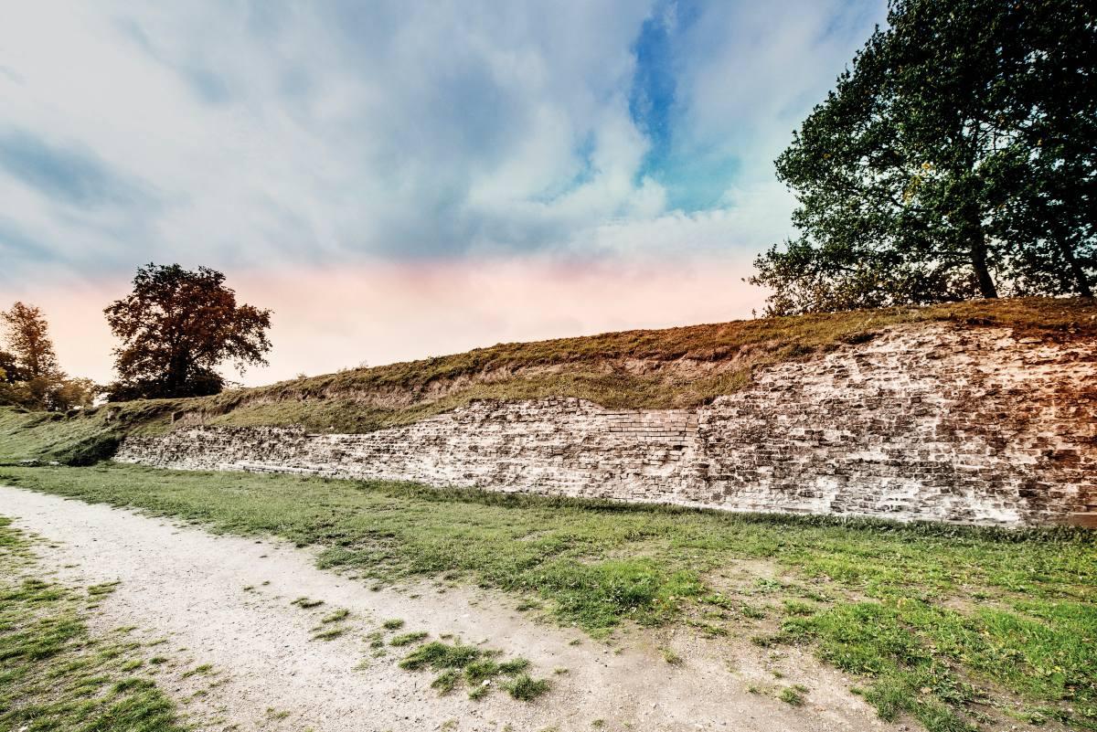 Haithabu war mit dem Danewerk verbunden, das als Grenzbefestigung diente und von dänischen Königen über Jahrhunderte immer wieder ausgebaut wurde. In dieser Grenzregion blühte Haithabu auf und entwickelte sich zum zentralen Handels- und Verkehrsknotenpunk