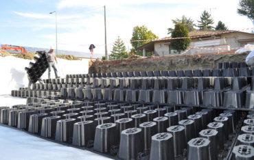 Das mit DRAINPANEL errichtete System kann je nach Art der zur Abdeckung verwendeten Geotextilie sowohl zum Verteilen des Wassers im Boden als auch zur Absetzung oder Ansammlung verwendet werden.