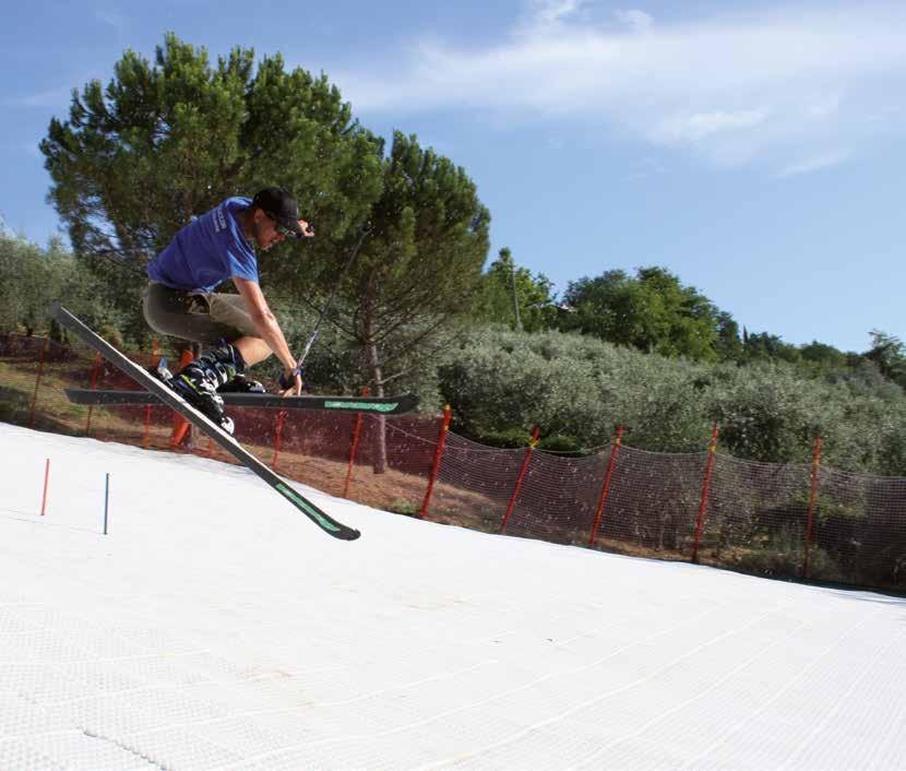 GEOSKI ist die fünfte Jahreszeit: damit kann man 365 Tage im Jahr Skifahren genießen. Geoski überbrückt Zeiten aufgrund fehlendem Schnee oder hohen  Temperaturen während der Sommermonate: es handelt sich um einer echten Alternative zum Gletscherskilauf, d