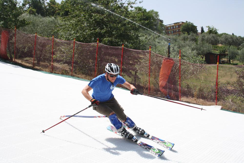 Ein immer perfekter Skilauf, wie bei einer frischgepflegte Schnee-Piste, bei jeder Temperatur oder Höhe, wartungsfrei: ein Genuss für Skifahrer, ein Traum für die Betreiber der Skipiste.