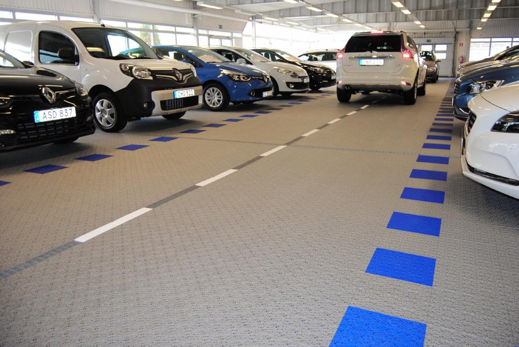 PKW Ausstellung im Fahrzeughandel mit Kunststoff-Boden Typ SUPREME
