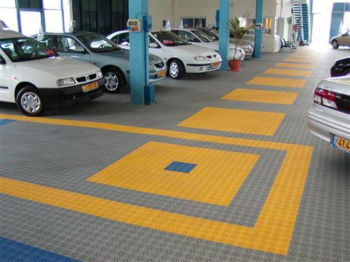 Individuelle Gestaltung der Bodenfläche von Ausstellungen im Automobilhandel