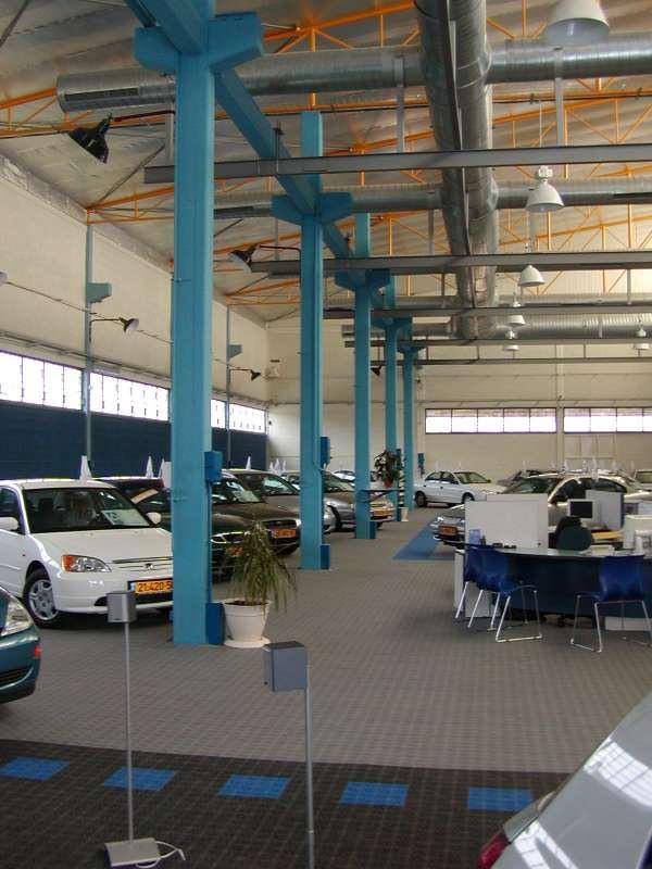 Hallenboden im KFZ-Handel mit Kunststoffbelag  Typ SUPREME