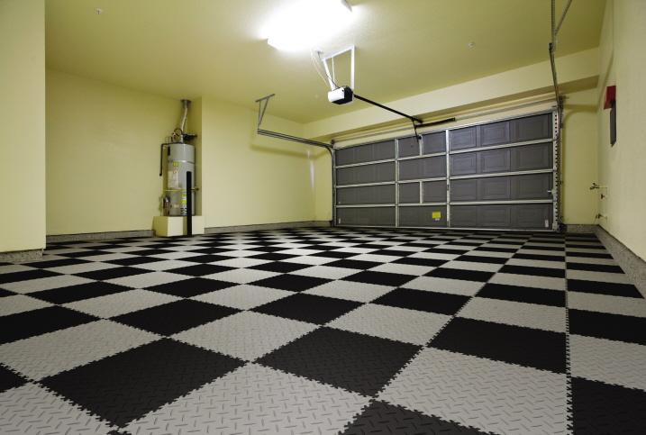 Große Garage mit Schac hbrettmusten aus PVC-Boden mit Oberfläche in Diamant-Riffelung