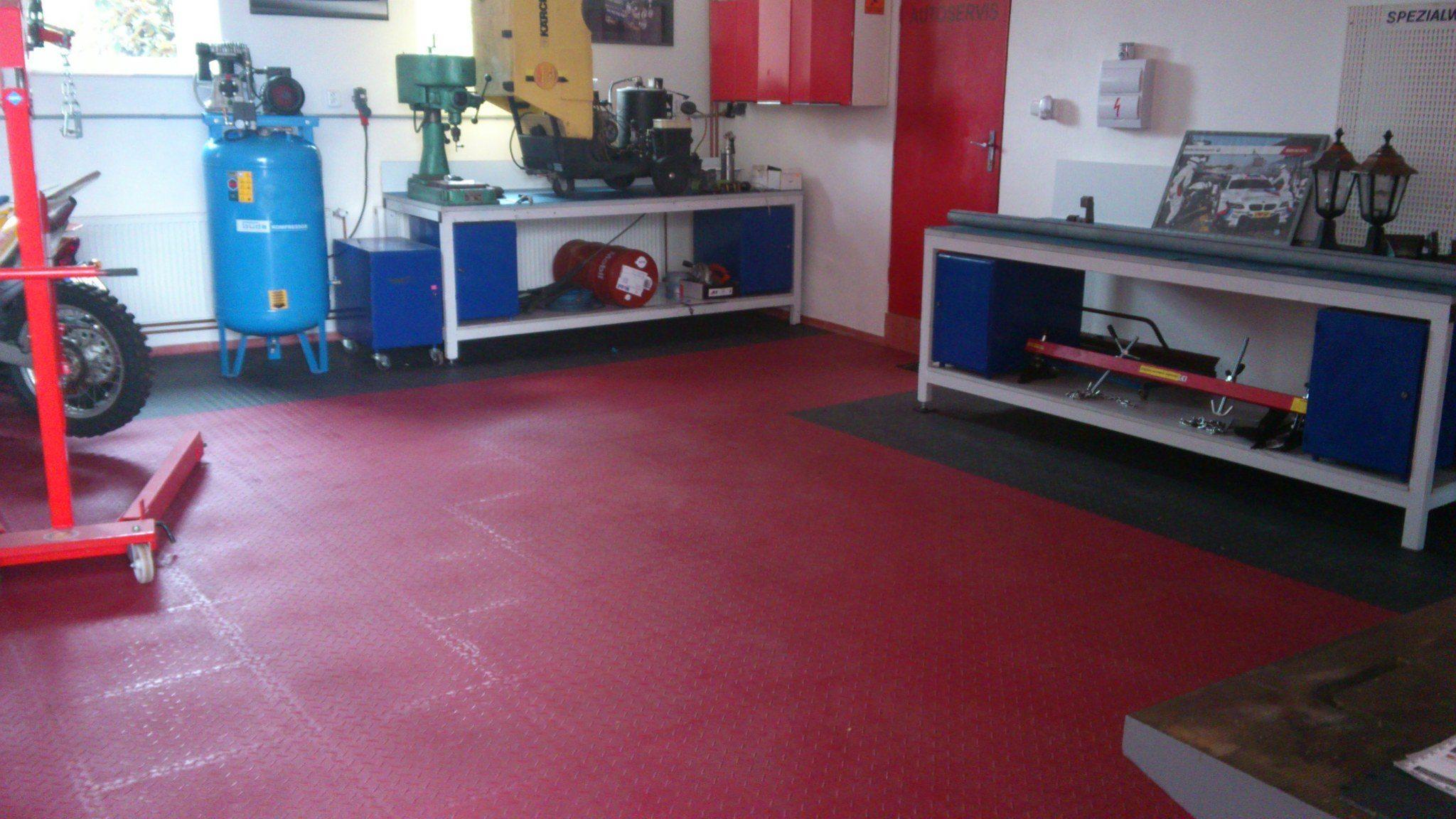 Der PVC-Boden in der Garage, die Aufrüstung der Garage zur Höhle des Mannes