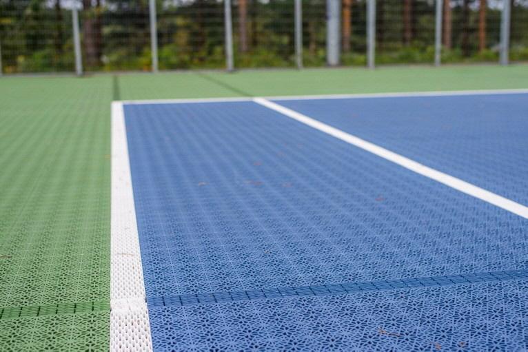 ECO Tennisplatz-System mit Spielfeld-Markierungen aus Expansionsleisten