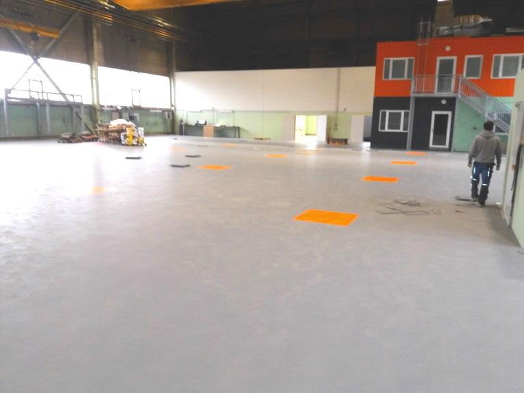 Installierter Industrie-Bodenbelag auzs 7 mm PVC-Fliesen Oberfläche Leder glatt in Grau mit Orange