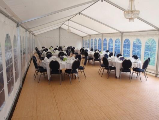 Der Zeltboden Typ EXPO-tent besteht aus einer im Spritzgussverfahren hergestellten Bodenplatte, die aus PP Kunststoff (Polypropylen) besteht, die in verschiedenen Farben und Optiken angeboten werden.